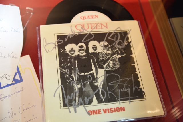 """One Vision"" 7"" signed by all Queen members"